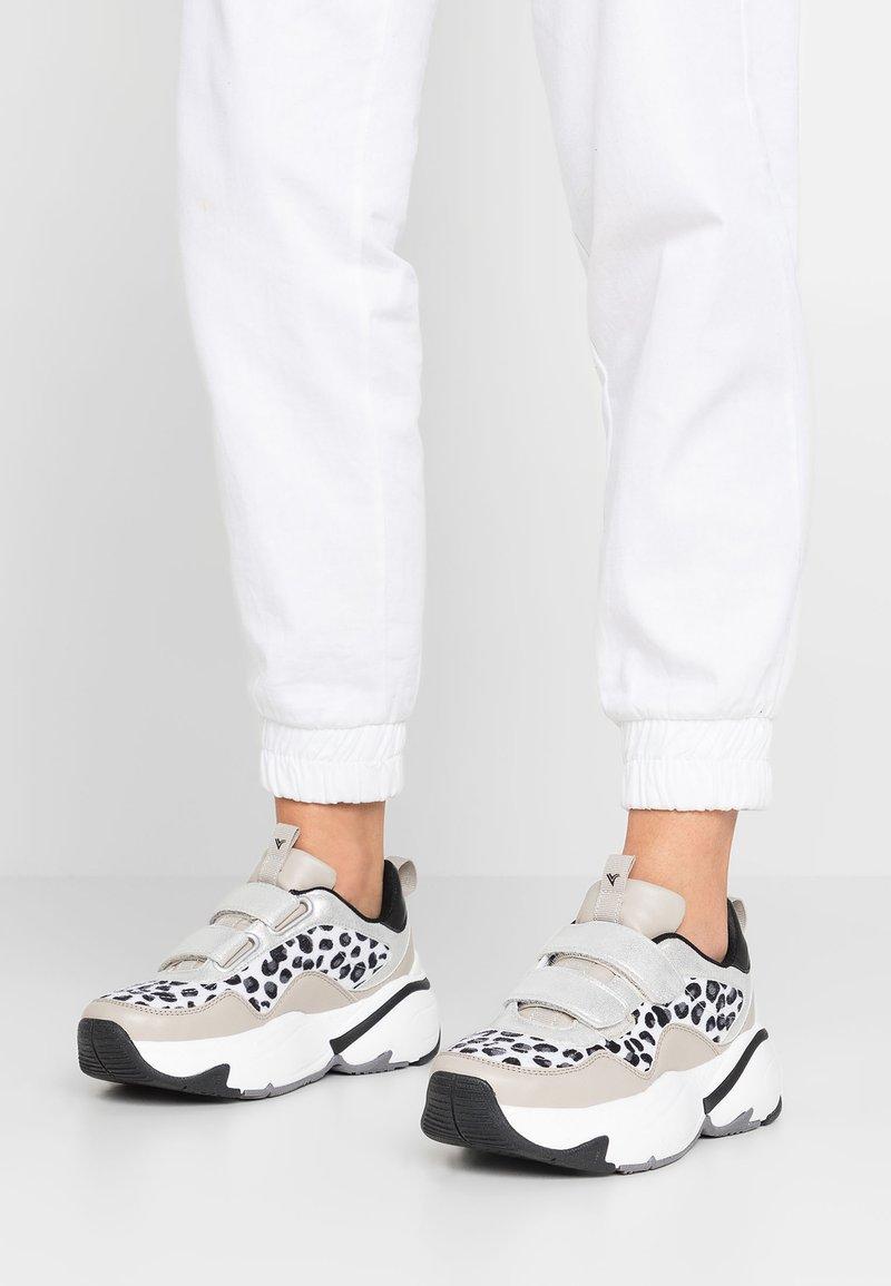 Victoria Shoes - AIRE ANIMAL PRINT - Baskets basses - gris