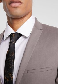 Viggo - GOTHENBURG SUIT - Garnitur - taupe - 6