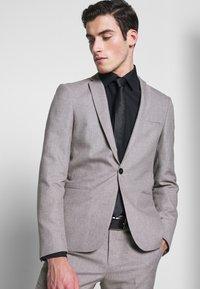 Viggo - PRIZE SUIT - Suit - stone - 6