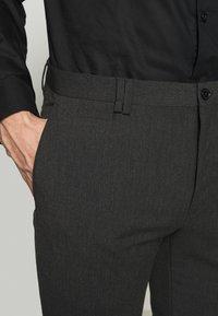 Viggo - OSTFOLD TROUSER - Pantalon classique - charcoal - 5