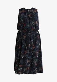 Vince Camuto Plus - SMOCKED WAIST GARDEN FLORAL DRESS - Denní šaty - classic navy - 4