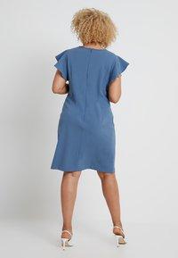 Vince Camuto Plus - FLUTTER PONTE KEYHOLE DRESS - Pouzdrové šaty - dusty blue - 3