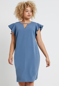 Vince Camuto Plus - FLUTTER PONTE KEYHOLE DRESS - Pouzdrové šaty - dusty blue - 0