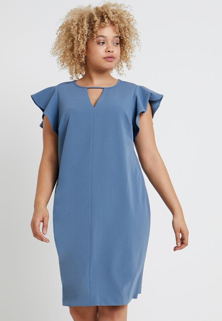 Vince Camuto Plus - FLUTTER PONTE KEYHOLE DRESS - Pouzdrové šaty - dusty blue