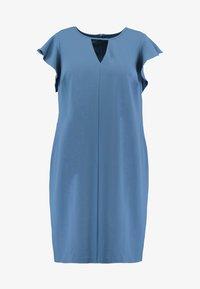 Vince Camuto Plus - FLUTTER PONTE KEYHOLE DRESS - Pouzdrové šaty - dusty blue - 4