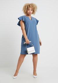 Vince Camuto Plus - FLUTTER PONTE KEYHOLE DRESS - Pouzdrové šaty - dusty blue - 2