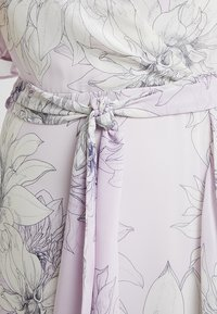 Vince Camuto Plus - TIERED RUFFLE BLOSSOMS WRAP DRESS - Maxi šaty - fresh lilac - 5