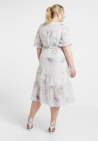 Vince Camuto Plus - TIERED RUFFLE BLOSSOMS WRAP DRESS - Maxi šaty - fresh lilac - 2