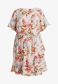 Vince Camuto Plus - RUFFLE WAIST DRESS - Sukienka letnia - peach bellini - 4