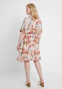 Vince Camuto Plus - RUFFLE WAIST DRESS - Sukienka letnia - peach bellini - 3