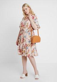 Vince Camuto Plus - RUFFLE WAIST DRESS - Sukienka letnia - peach bellini - 2