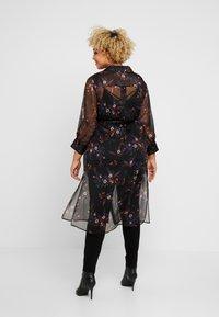 Vince Camuto Plus - COUNTRY BOUQUET BELTED - Košilové šaty - rich black - 2