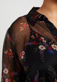 Vince Camuto Plus - COUNTRY BOUQUET BELTED - Košilové šaty - rich black - 5