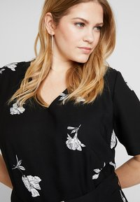 Vince Camuto Plus - TOSSED FLOWERS - Overal - rich black - 3