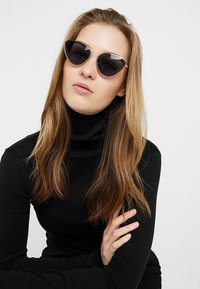 Vintage Supply - POINTY COLOURED LENS SUNGLASSES - Gafas de sol - smoke - 2
