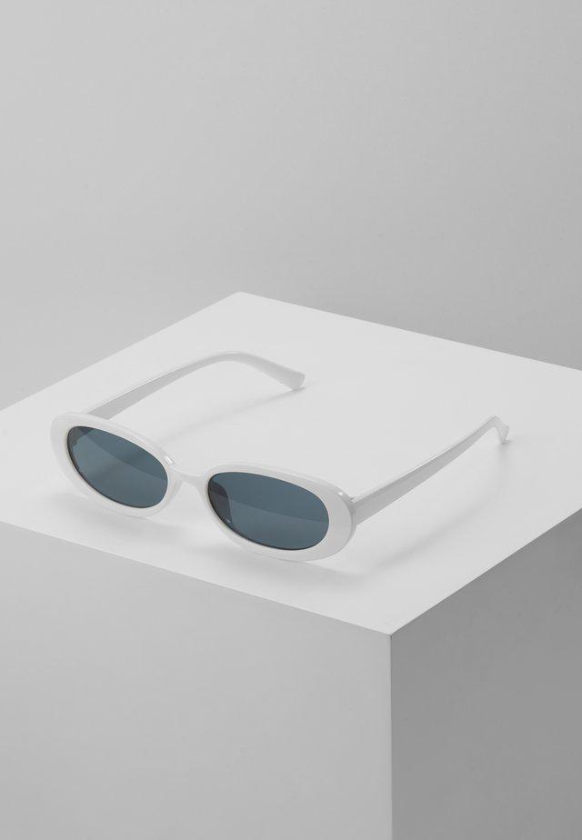 SUNGLASSES - Aurinkolasit - white/black