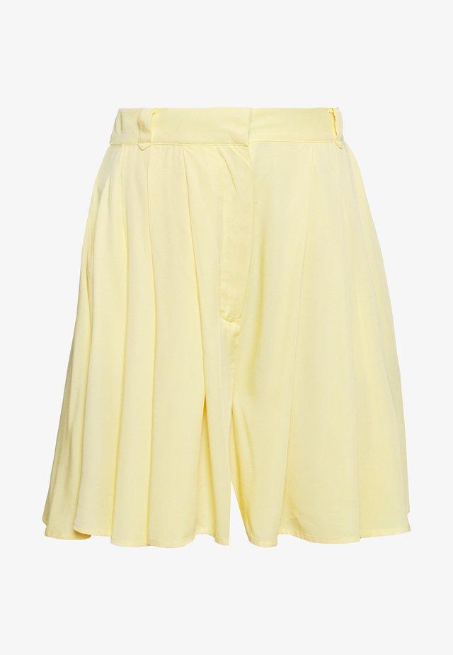 VISUVITA - Shorts - mellow yellow