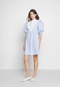 Vivetta - DRESS - Skjortekjole - rigato fondo azzurro/bianco - 1