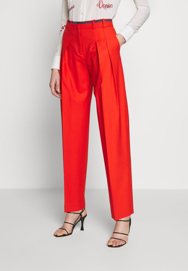 LOGO TAPE PLEAT FRONT TROUSER - Kalhoty - flame red