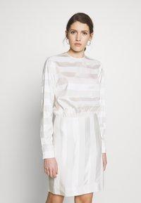 Victoria Victoria Beckham - TONAL STRIPE DRESS - Sukienka letnia - ivory - 0
