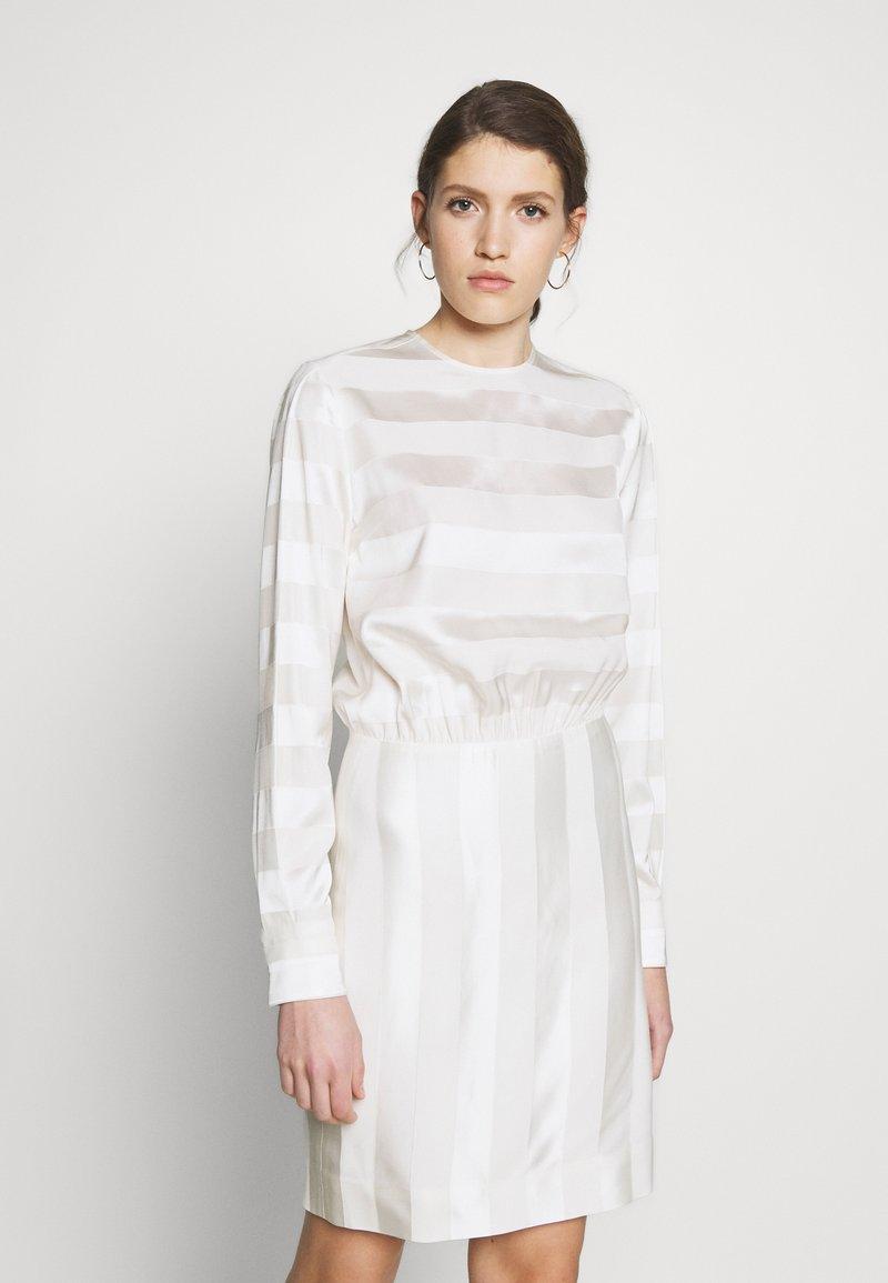 Victoria Victoria Beckham - TONAL STRIPE DRESS - Sukienka letnia - ivory