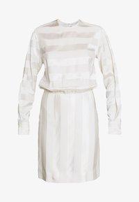 Victoria Victoria Beckham - TONAL STRIPE DRESS - Sukienka letnia - ivory - 4