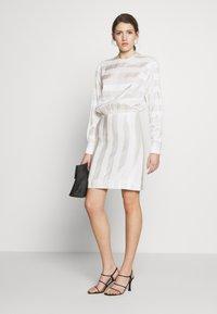 Victoria Victoria Beckham - TONAL STRIPE DRESS - Sukienka letnia - ivory - 1