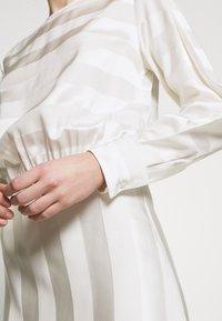 Victoria Victoria Beckham - TONAL STRIPE DRESS - Sukienka letnia - ivory - 5