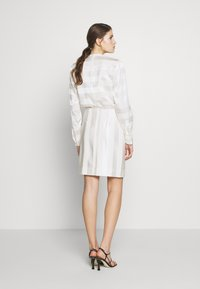 Victoria Victoria Beckham - TONAL STRIPE DRESS - Sukienka letnia - ivory - 2