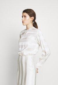 Victoria Victoria Beckham - TONAL STRIPE DRESS - Sukienka letnia - ivory - 3