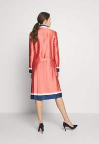 Victoria Victoria Beckham - LOGO PLEATED SHIRT DRESS - Shirt dress - multi-coloured - 2