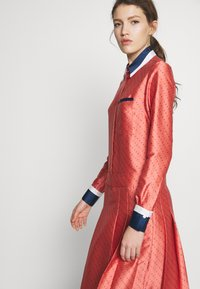 Victoria Victoria Beckham - LOGO PLEATED SHIRT DRESS - Shirt dress - multi-coloured - 3