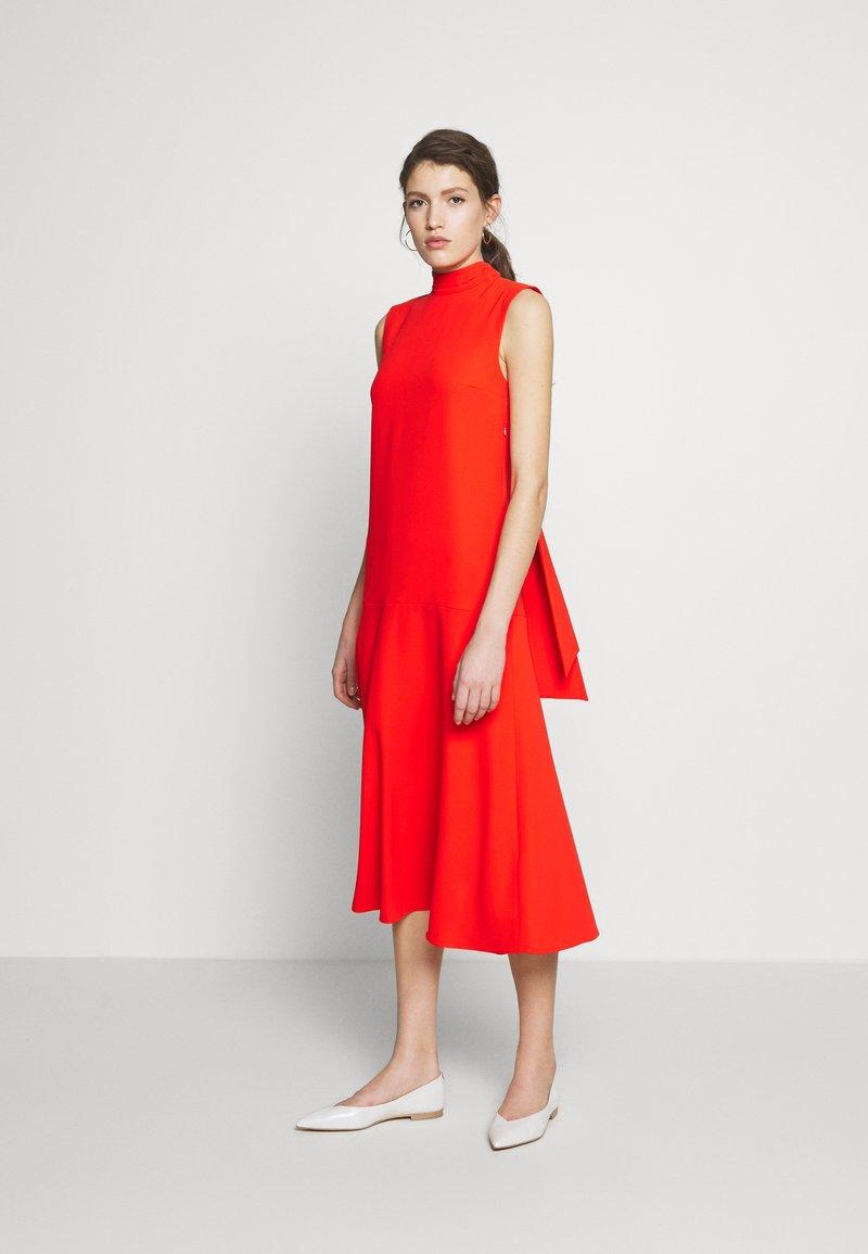 Victoria Victoria Beckham - SLEEVELESS DRESS - Denní šaty - flame red