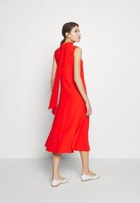 Victoria Victoria Beckham - SLEEVELESS DRESS - Vestido informal - flame red - 2
