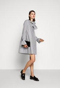 Victoria Victoria Beckham - TIE NECK DRESS - Denní šaty - grey - 1