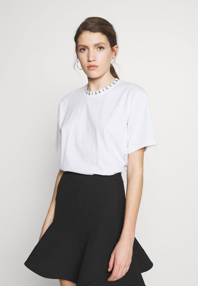 LOGO VICTORIA TEE - Print T-shirt - white / black