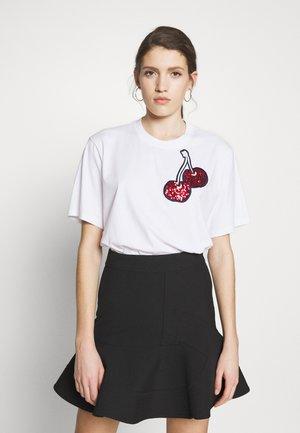 CHERRY EMBROIDERED - T-shirt z nadrukiem - white