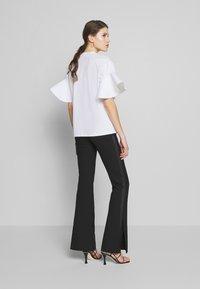 Victoria Victoria Beckham - FLOUNCE SLEEVE - T-shirt med print - white - 2