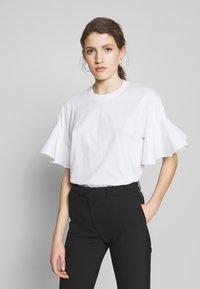 Victoria Victoria Beckham - FLOUNCE SLEEVE - T-shirt med print - white - 0