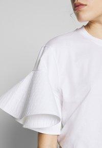Victoria Victoria Beckham - FLOUNCE SLEEVE - T-shirt med print - white - 5