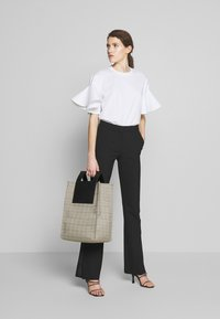 Victoria Victoria Beckham - FLOUNCE SLEEVE - T-shirt med print - white - 1