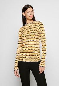 Victoria Victoria Beckham - ZIG ZAG TOP - Camiseta de manga larga - fluro yellow - 0