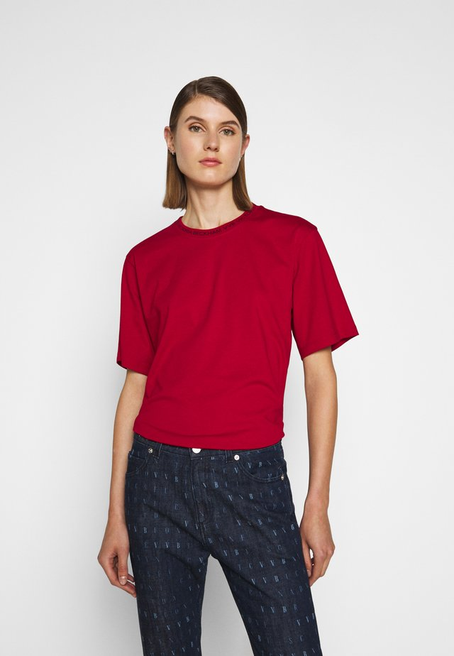 LOGO - T-shirts med print - cherry red