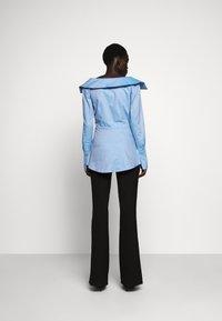 Victoria Victoria Beckham - OFF SHOULDER SHIRT - Skjorta - pool blue - 2