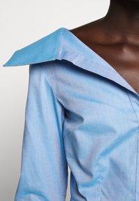 Victoria Victoria Beckham - OFF SHOULDER SHIRT - Skjorta - pool blue - 3