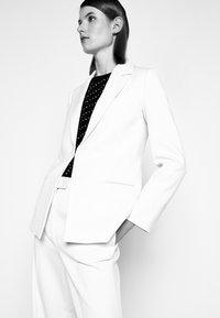 Victoria Victoria Beckham - PITCHED SHOULDER JACKET - Blazer - cream - 3