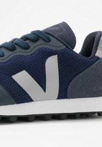 Veja - Matalavartiset tennarit - nautico/oxford grey - 2