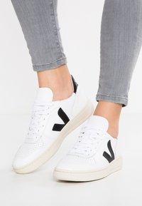 Veja - V-10 - Sneakers laag - extra white/black - 0