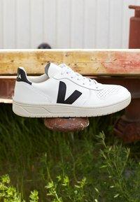 Veja - V-10 - Sneakers laag - extra white/black - 3