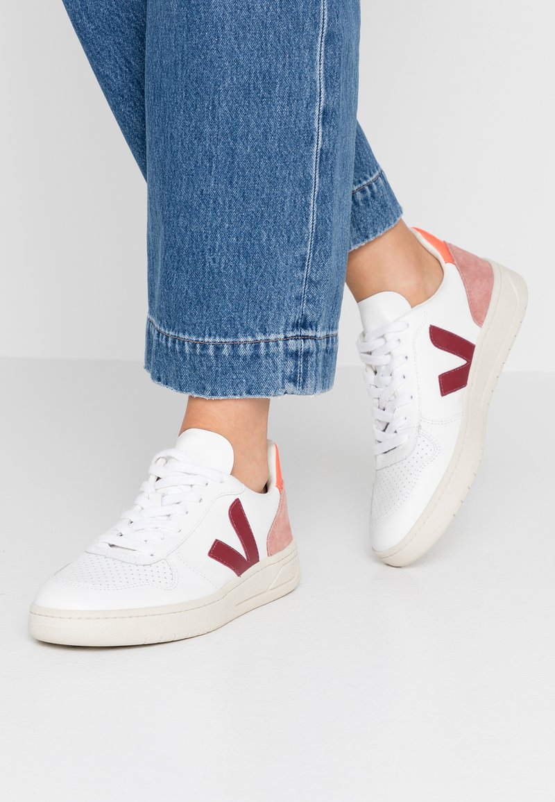Veja - V-10 - Sneakers laag - extra white/marsala/dried petal/orange fluo